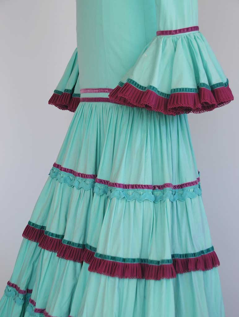 Alquiler de traje de flamenca niña verde agua con adornos buganvilla