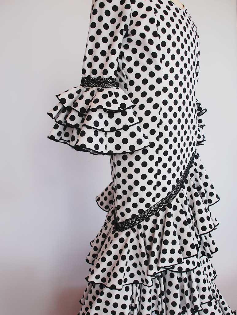 Alquiler de traje de flamenca niña blanco lunares negros