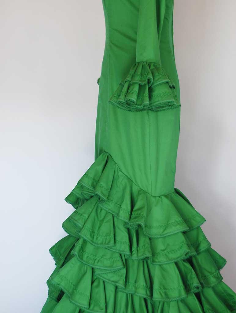 Traje de flamenca típico verde, volantes capote