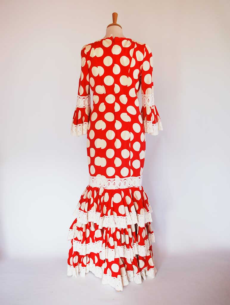 Traditional spanish dress. Red with dots. Rent flamenco dress.
