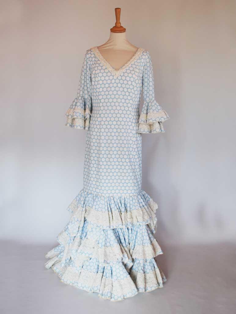 Traje de flamenca celeste con lunares blancos, volantes de capote con encaje de bolillos