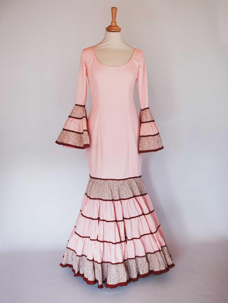 Traje de flamenca canastero rosa liso y volantes de flores